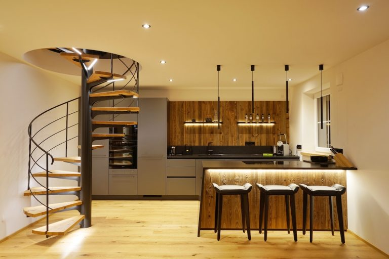 luxury-apartments-r6-tegernsee-kueche-staircase