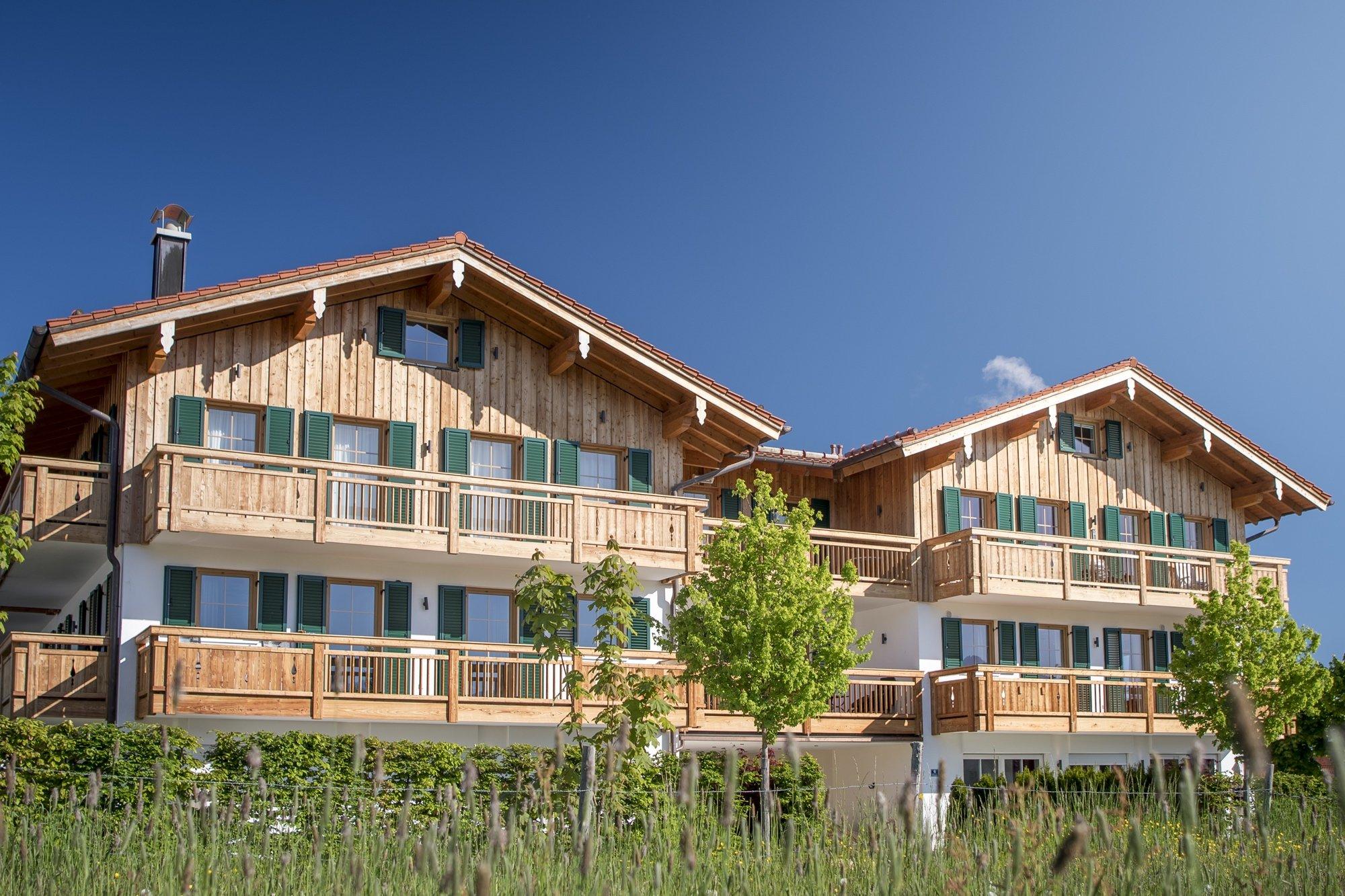 luxury-apartments-r6-tegernsee-wiese-haus