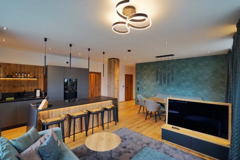 luxury-apartments-r6-tegernsee-wohnzimmer-beleuchtet